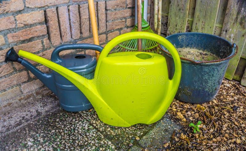 为家庭菜园的基本的必要的园艺工具 图库摄影