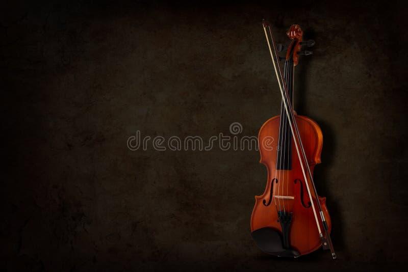 为小提琴和乐队的仪器在黑暗的背景 题字的地方 免版税库存图片