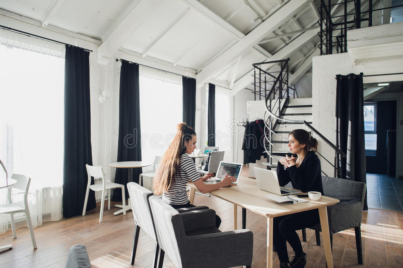 为工作被采访的年轻建筑师学生在设计公司中,有关于成功的起动的交谈 免版税图库摄影