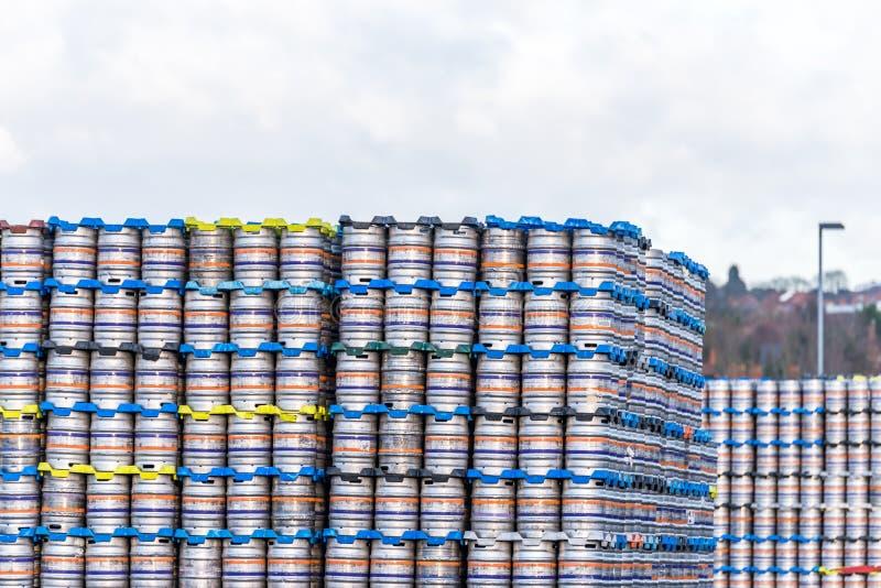 为急件堆积的发光的金属啤酒小桶啤酒 免版税库存图片