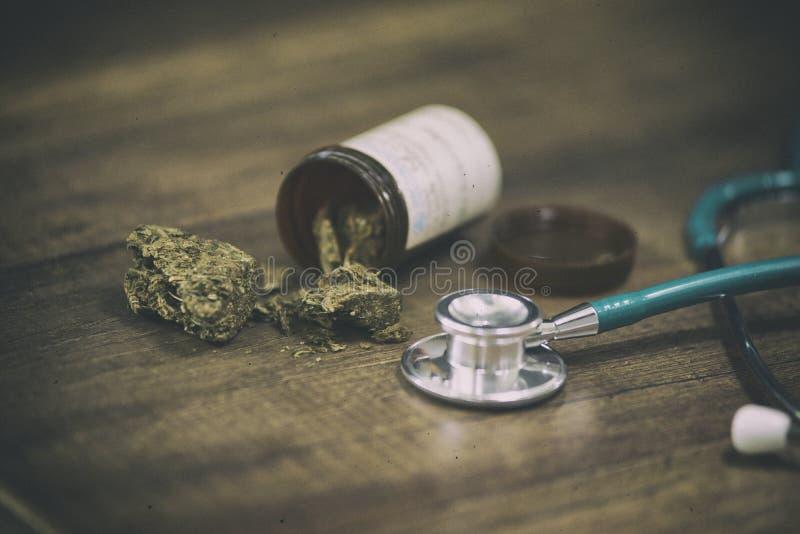 为愈合和大麻使用的听诊器在木背景 库存图片