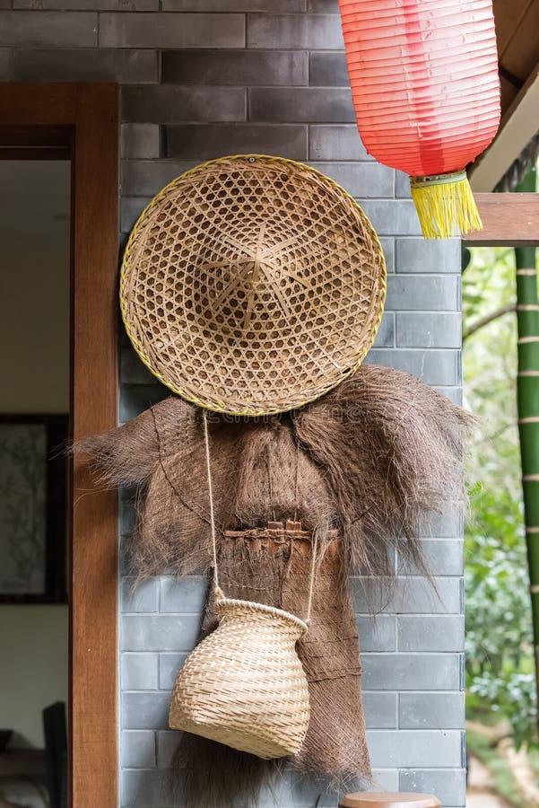 为抓住鱼的竹工艺工具与粗硬纤维雨衣 免版税图库摄影