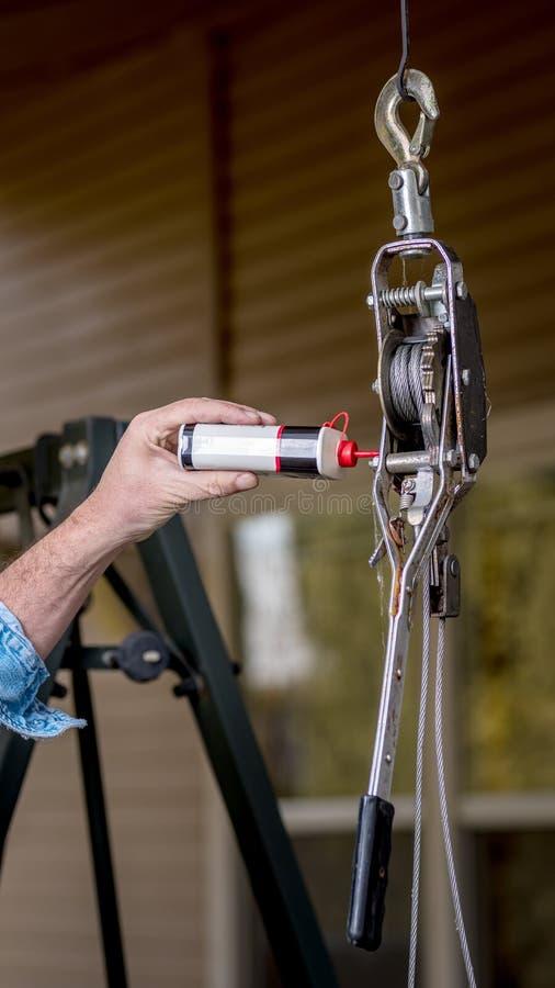为拉扯的工具有被应用的油 免版税图库摄影