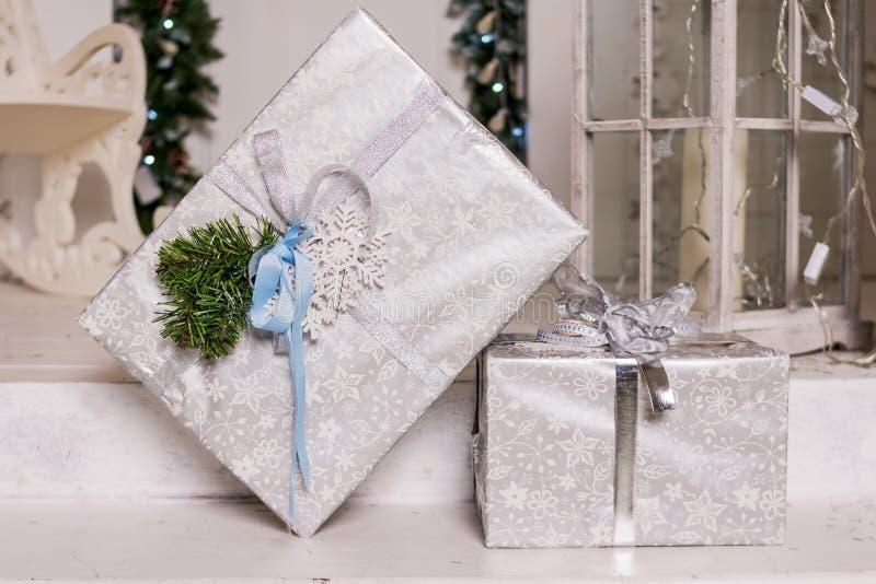 为新年做准备,包装的礼物 礼物盒,大型机关炮,装饰磁带,丝带 与礼物的圣诞节背景 库存图片