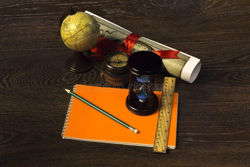 Download 为旅行做准备的季节 库存照片. 图片 包括有 颜色, 橙色, 关闭, 艺术, 远征, 教育, 并行, 绘图 - 72356754