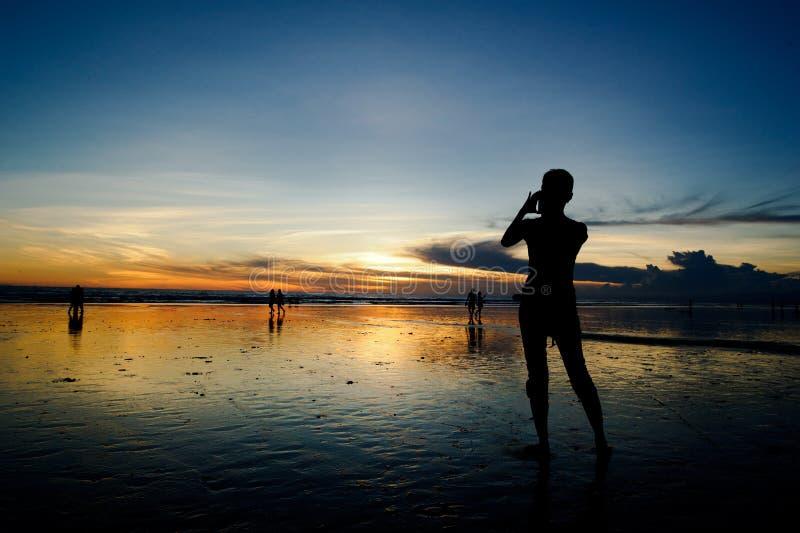 为日落照相的人们 库存照片