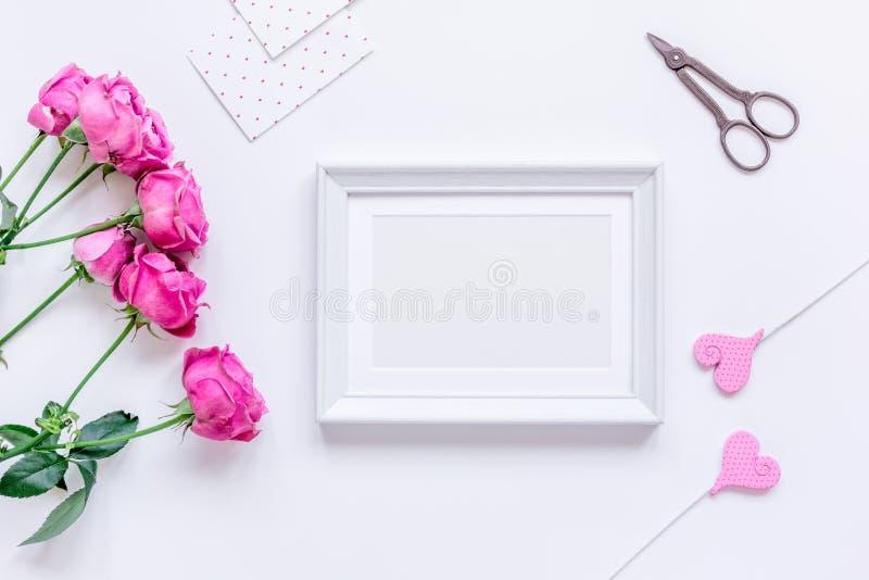 为有牡丹的,框架,心脏文本的顶视图空间妇女提出 库存图片