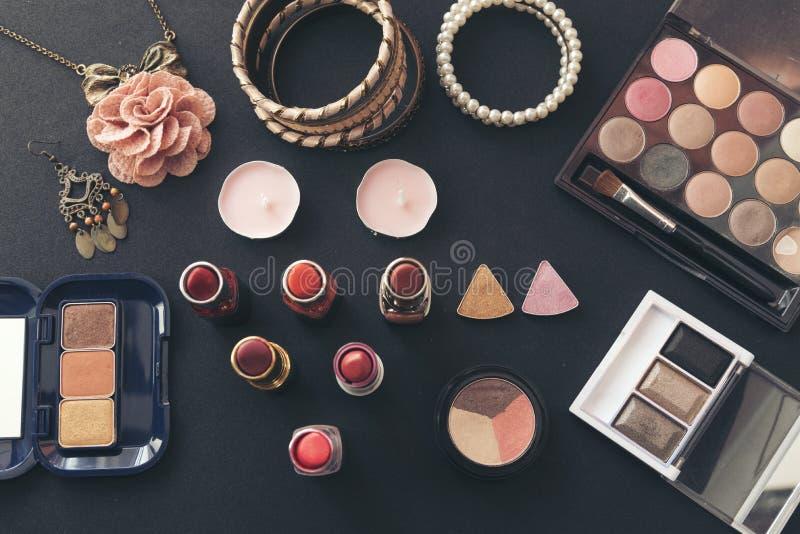 为有红色玫瑰和珍珠的美女设置的化妆用品在桃红色背景 库存图片