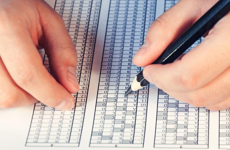 为检查形成在桌上的人前 测试对于训练和聘用 用右手和用左手 选择聚焦 吨 免版税库存图片