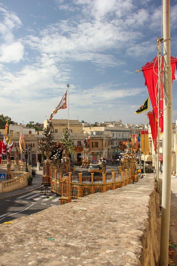 为每年festa宗教节天欢乐地装饰了有宽舷梯的有旗子的街道和平台在Marsa,马耳他 库存图片