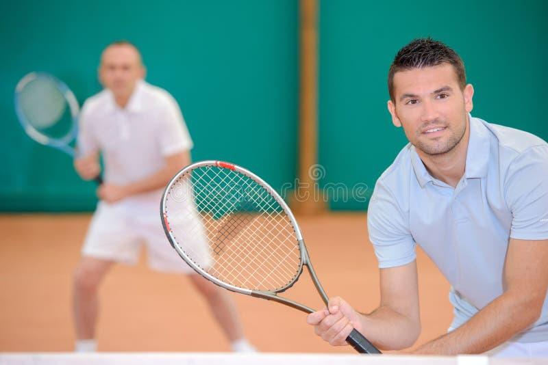 为比赛网球保持平衡的两个人 库存图片