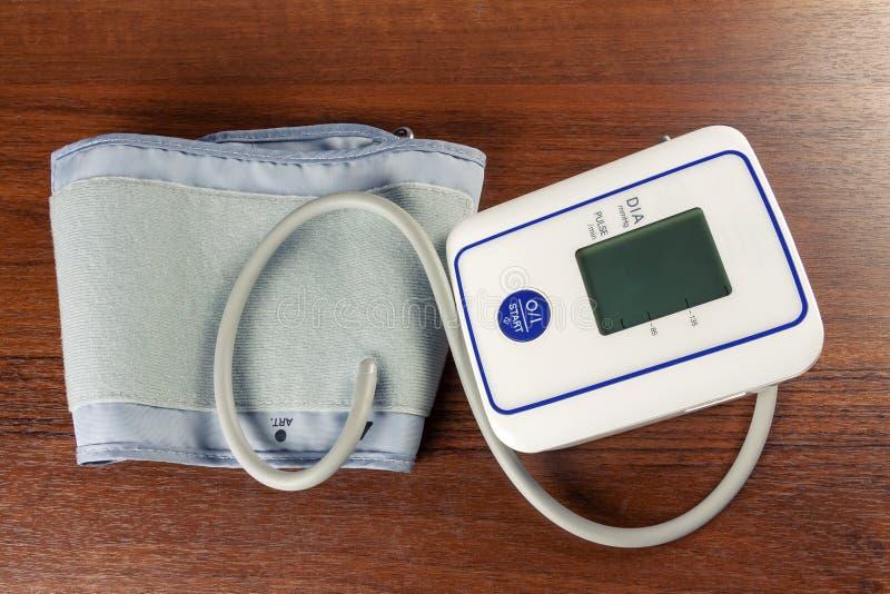 为测量的血压的仪器在人 免版税库存照片