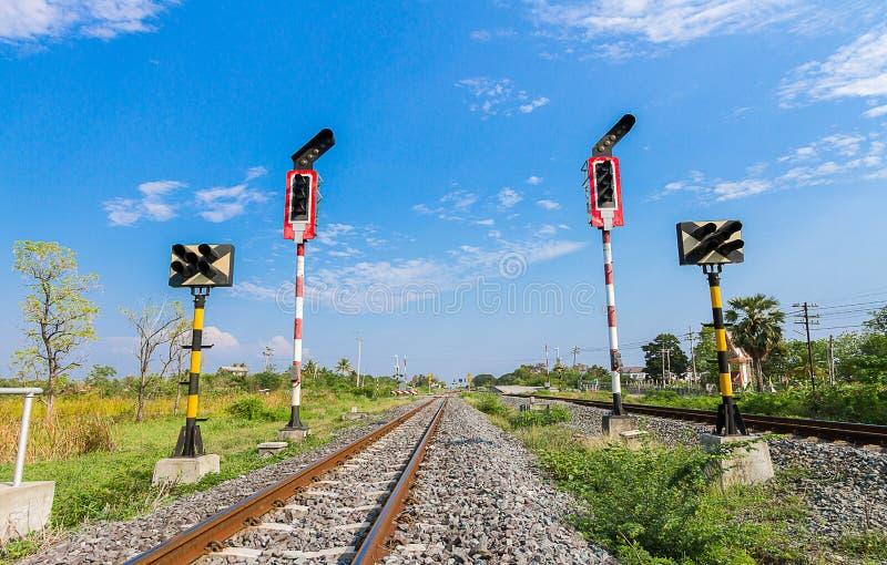 为火车发信号,在泰国,铁路 免版税库存图片