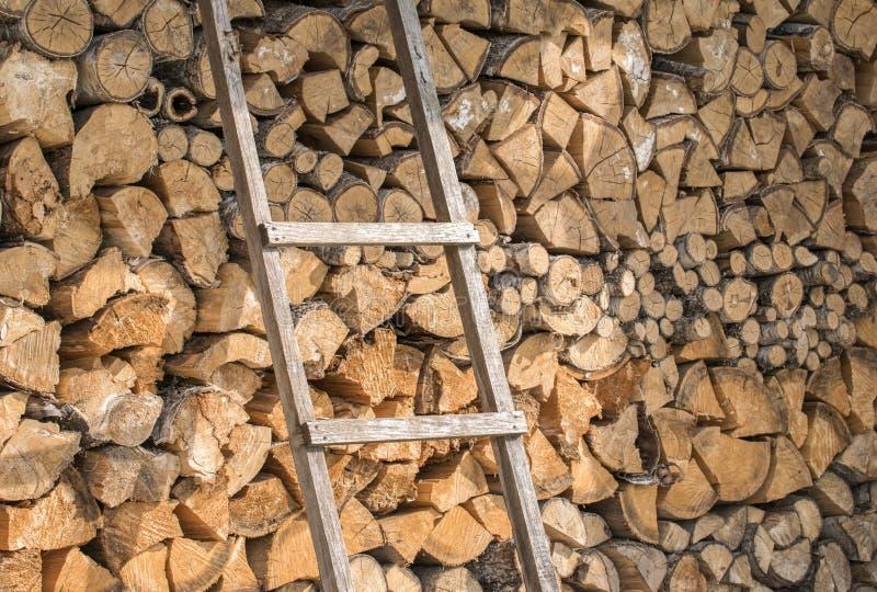 为点燃准备的木柴墙壁在冬天 免版税图库摄影