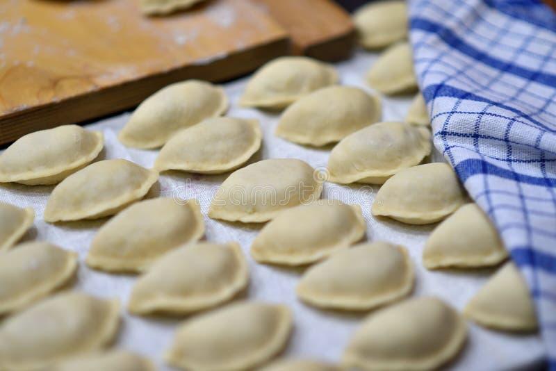 为烹调准备的未加工的饺子 库存图片