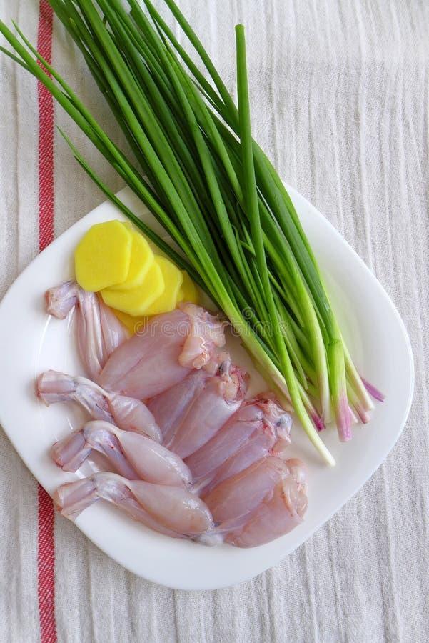 为烹调准备的青蛙腿 免版税库存图片