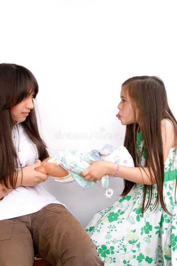 为玩偶的姐妹战斗 免版税图库摄影