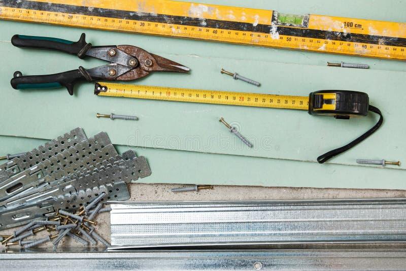 为石膏板围住的修造的仪器 库存照片