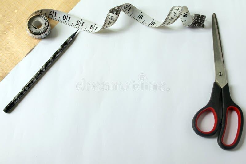 为缝合和针线的工具 座标图纸 为缝合和针线的工具 座标图纸 剪刀和统治者 免版税库存照片