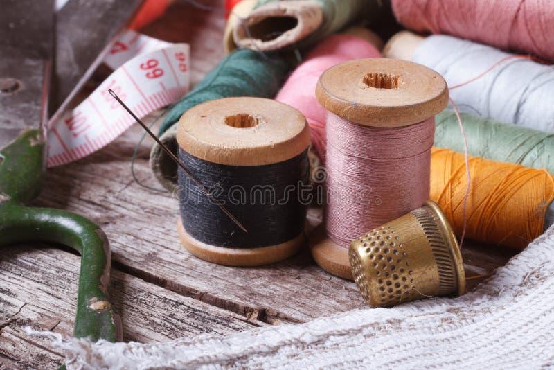 为缝合的工具:螺纹,剪刀,磁带,针,顶针 免版税图库摄影