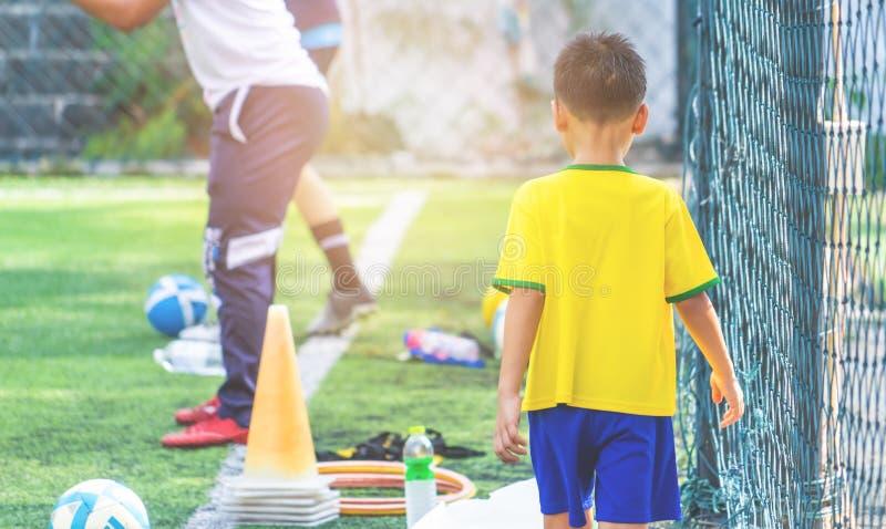 为背景弄脏的儿童训练的足球场 免版税库存图片