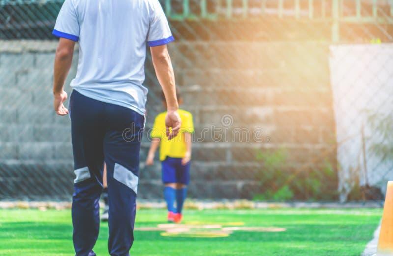 为背景弄脏的儿童训练的足球场 库存照片
