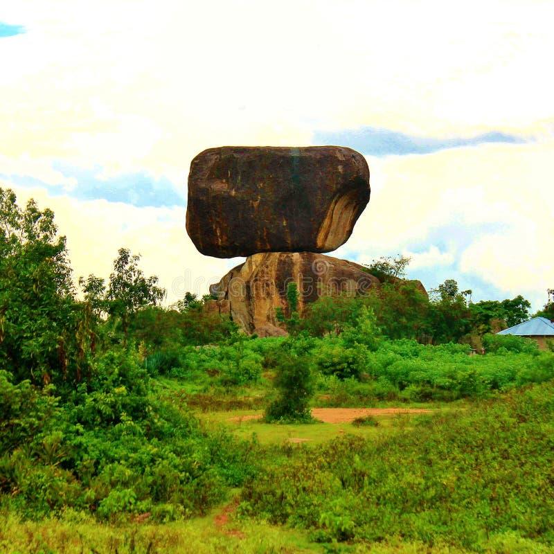 为背景影像聚焦的巨大的岩石结构风景视图  免版税库存图片