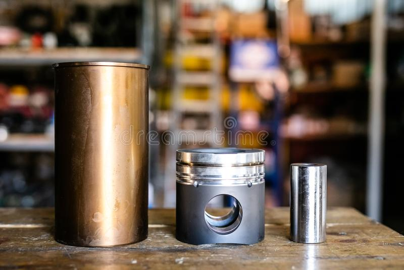 为自动服务和汽车修理的机械工具 isassemble发动机组车 马达资本修理 汽车服务 免版税库存照片