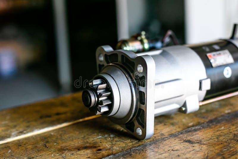 为自动服务和汽车修理的机械工具 isassemble发动机组车 马达资本修理 汽车服务 免版税库存图片