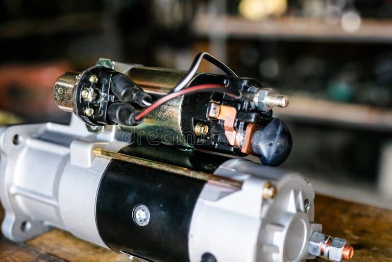 为自动服务和汽车修理的机械工具 isassemble发动机组车 马达资本修理 汽车服务 库存照片