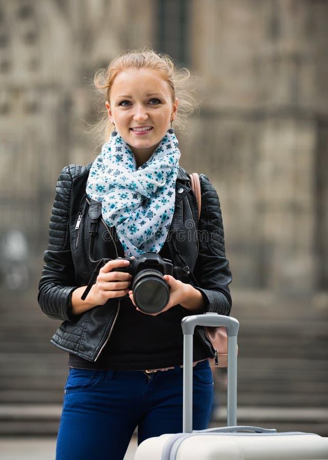 为视域照相的女孩在城市游览 免版税库存照片