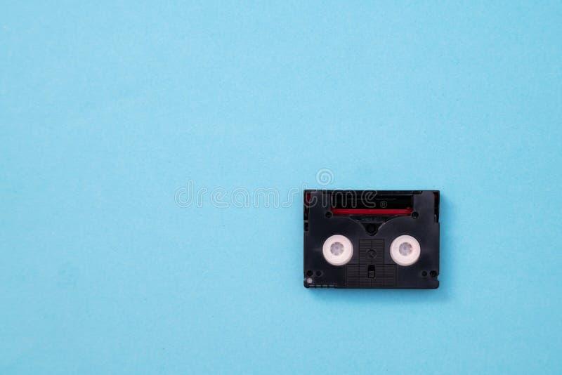 为记录录影使用的葡萄酒微型DV盒式磁带在一天 在蓝色背景的塑料,磁性,模式影片磁带 库存图片