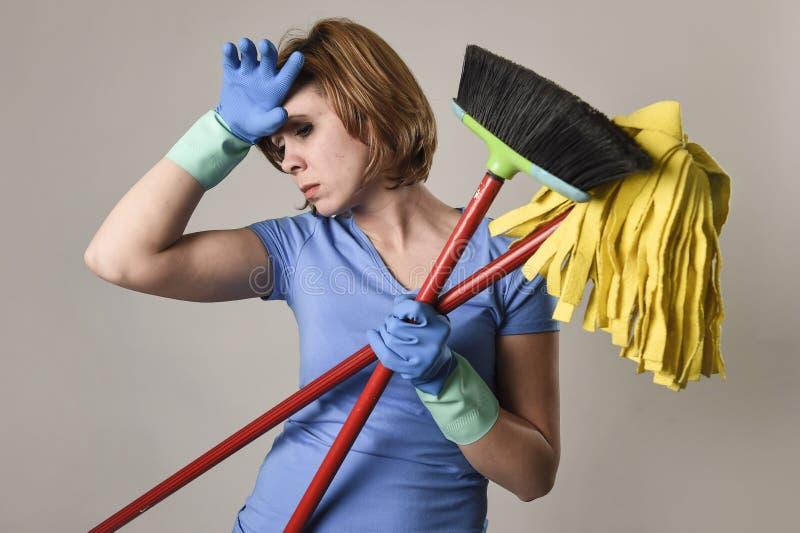 为运载清洁笤帚m的洗涤的橡胶手套的妇女服务 库存图片