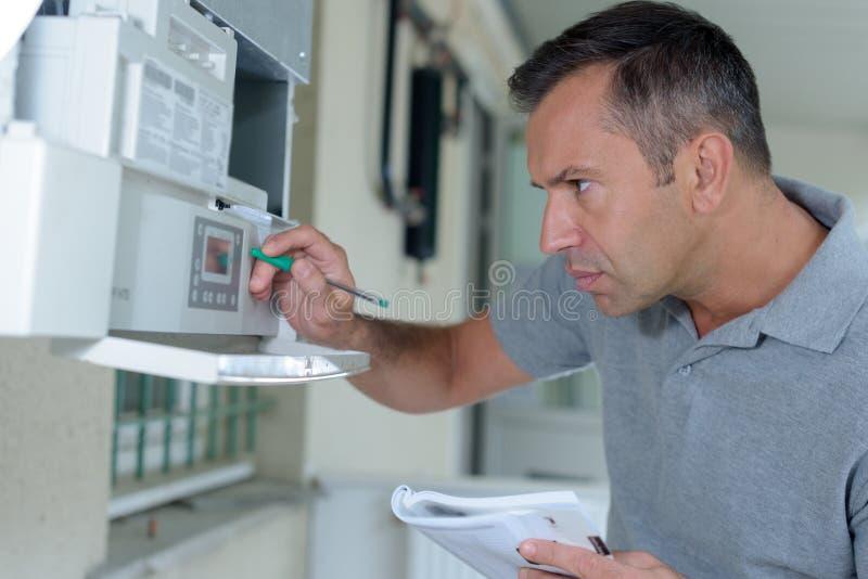 为锅炉服务的人 免版税库存图片