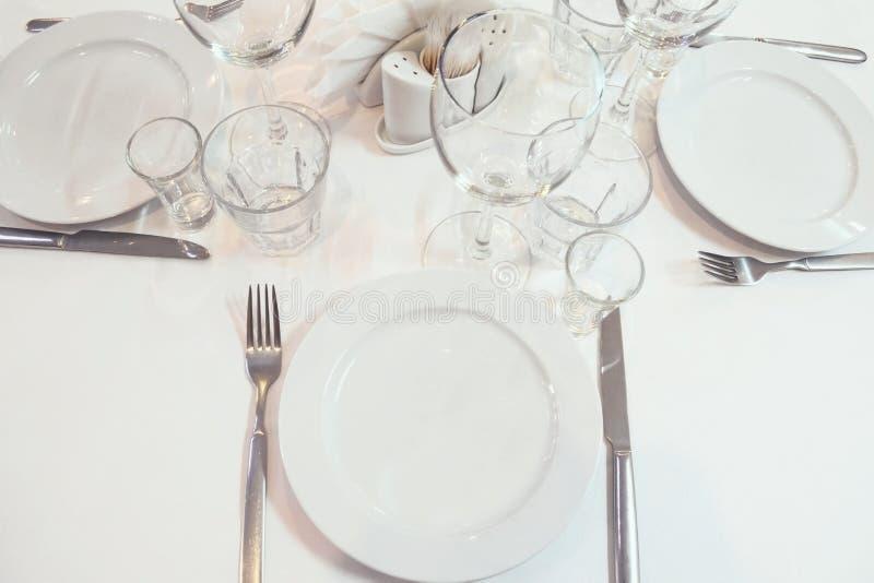 为餐馆桌服务的被弄脏的图象在事件前 被定调子的图象 库存照片