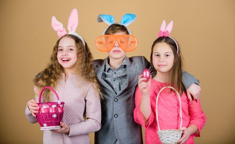 为鸡蛋准备寻找 小组孩子兔宝宝耳朵辅助部件庆祝复活节 复活节活动和乐趣 有朋友的乐趣 免版税图库摄影
