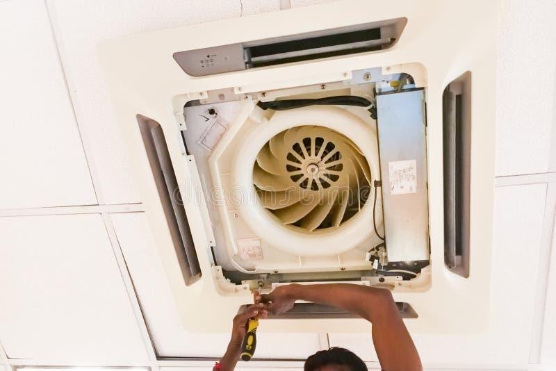 为,维护和固定天花板空气condi服务的技术员 库存图片