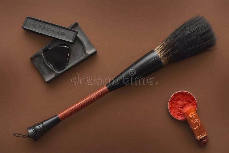 为绘的中国工具与油漆刷着墨石头和邮票 免版税库存图片