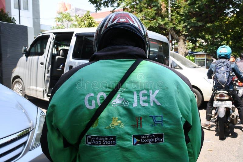 为Gojek运转的摩托车出租车司机在三宝垄 图库摄影