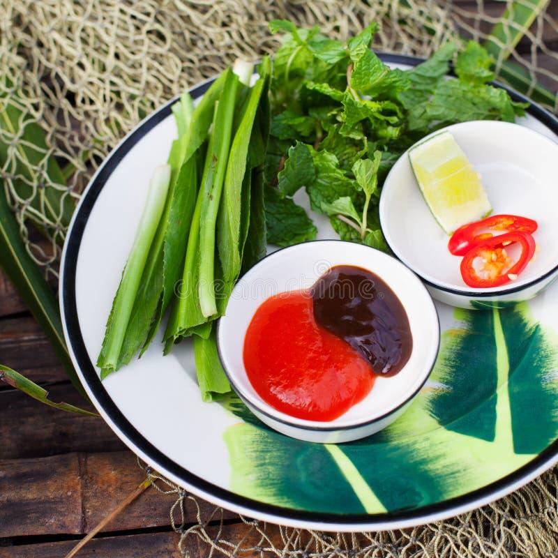 为Pho越南牛肉汤面海鲜酱,辣调味汁调味 图库摄影