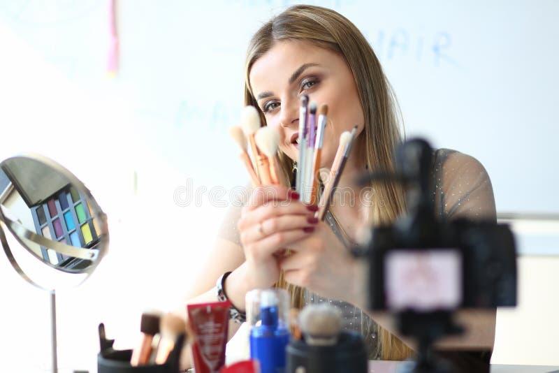 为Vlog的女性Vlogger当前化妆工具 库存照片