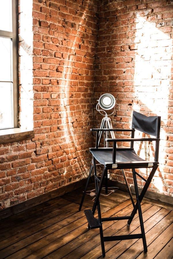 主任` s椅子 从窗口的反光灯光,太阳 免版税库存图片
