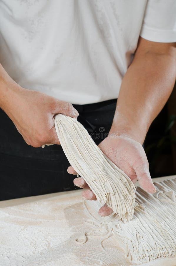 主厨剪切面条 免版税库存照片