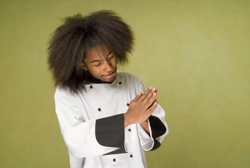 主厨祈祷的年轻人 免版税库存照片