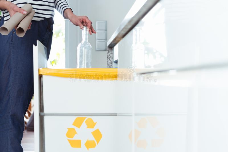 主妇分离废物在厨房里 免版税库存图片