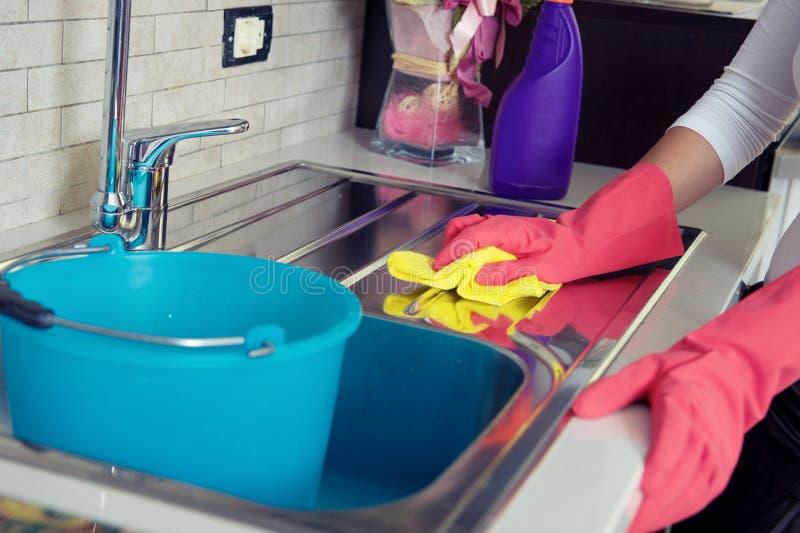 主妇清洁家具在厨房里 库存照片