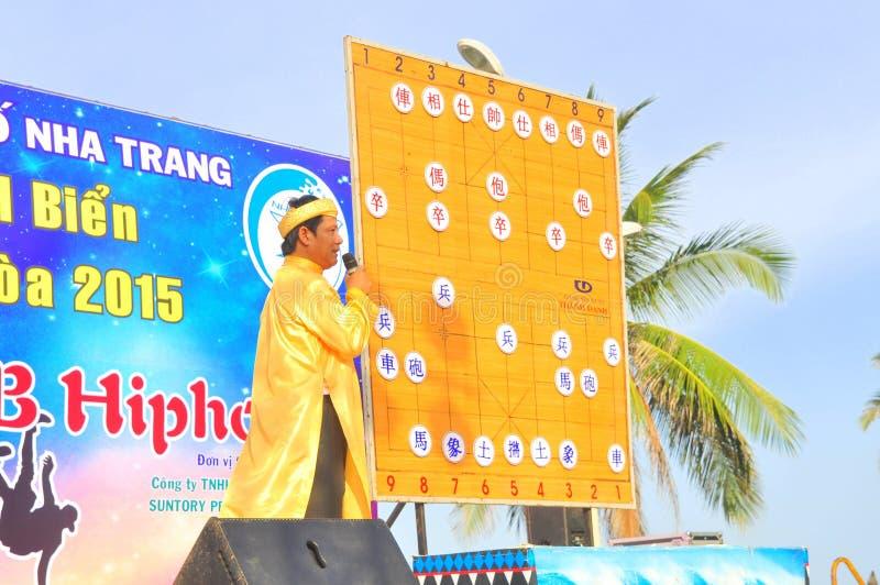 主席explainning人的棋武术在一个节日的在芽庄市市海滩  库存照片