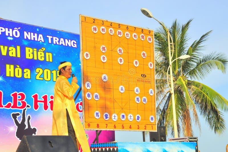 主席explainning人的棋武术在一个节日的在芽庄市市海滩  免版税库存图片