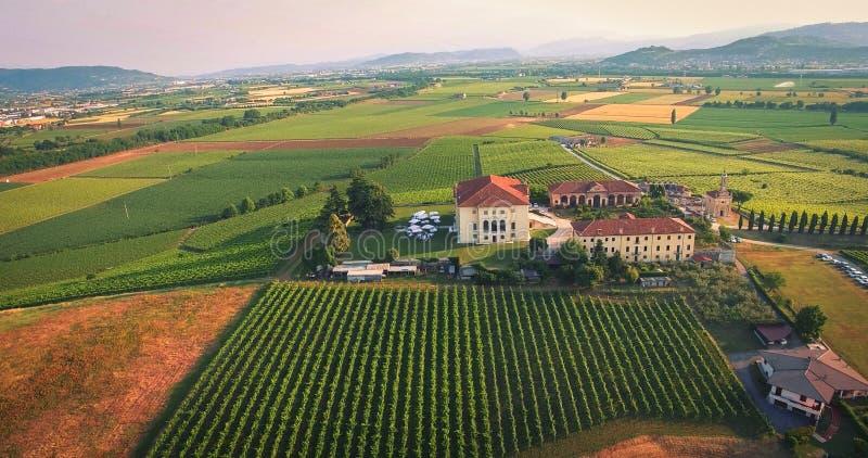 主持婚礼的美丽的老意大利城堡在乡下 库存图片
