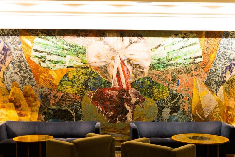 主持旅馆大厅沙发表丝毫 免版税库存照片